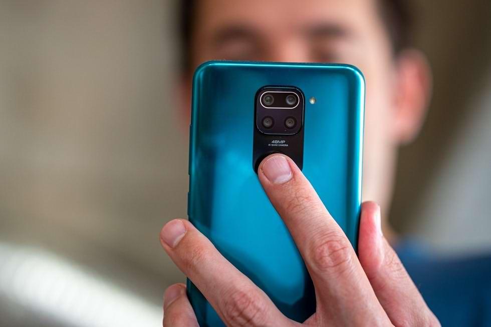 سیستم حسگر اثر انگشت در قاب پشتی این گوشی زیر ماژول دوربین های چهارگانه عقب قرار دارد