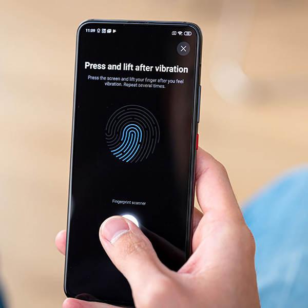 گوشی شیائومی poco f2 pro  دارای حسگر اثرانگشت روی صفحه نمایش با عملکرد سریع و دقیق