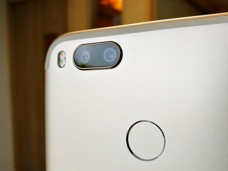 گوشی شیائومی mi A1  دارای دوربین 2 گانه در پشت است و....
