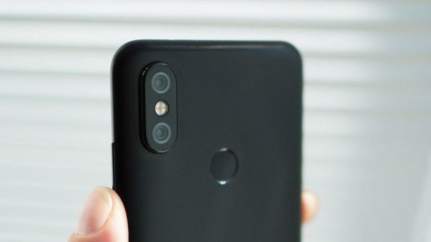 در قاب پشتی گوشی شیائومی mi a2 یک دوربین دوگانه 20+12 مگاپیکسلی قرار گرفته شده است.